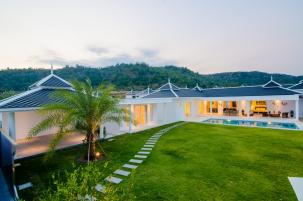 Top Quality Pool Villa with Stunning Mountain View near BluPort Shopping Centre and Banyan Golf
