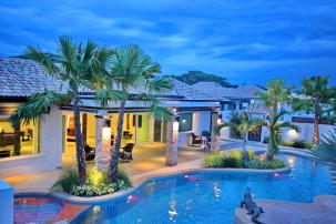 Luxurious Pool Villa with Tropical Design close to Black Mountain Slide 1